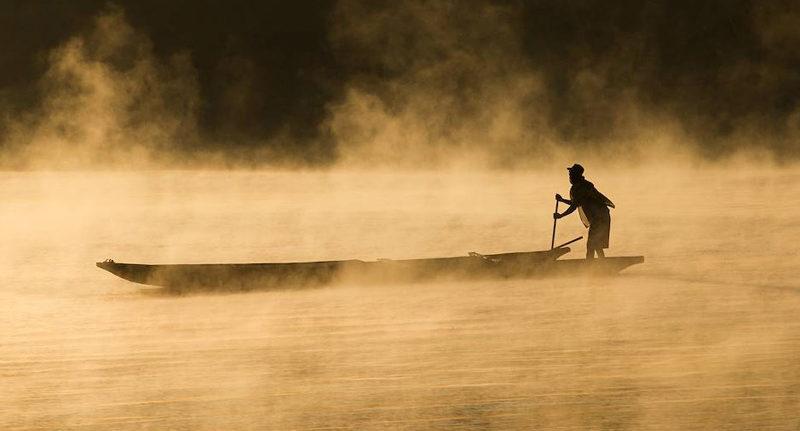 pecheur-a-l-aube-sur-le-fleuve-tsiribihina-pres-de-miandrivazo-madagascar